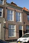foto van Huis onder schilddak en met lijstgevel, boven met zesdelige schuiframen. Met eigen stoep