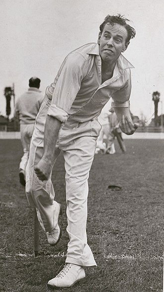 Ian Johnson (cricketer) - Johnson bowling