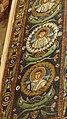 Italie, Ravenne, basilique San Vitale, mosaïque de l'intrados du grand arc montrant des médaillons d'apôtres et de saints (48087066288).jpg
