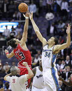 Joakim Noah and JaVale McGee in a jump ball.