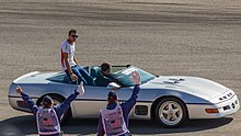 Photo d'une Chevrolet Corvette grise, en parade, avec Bianchi à son bord