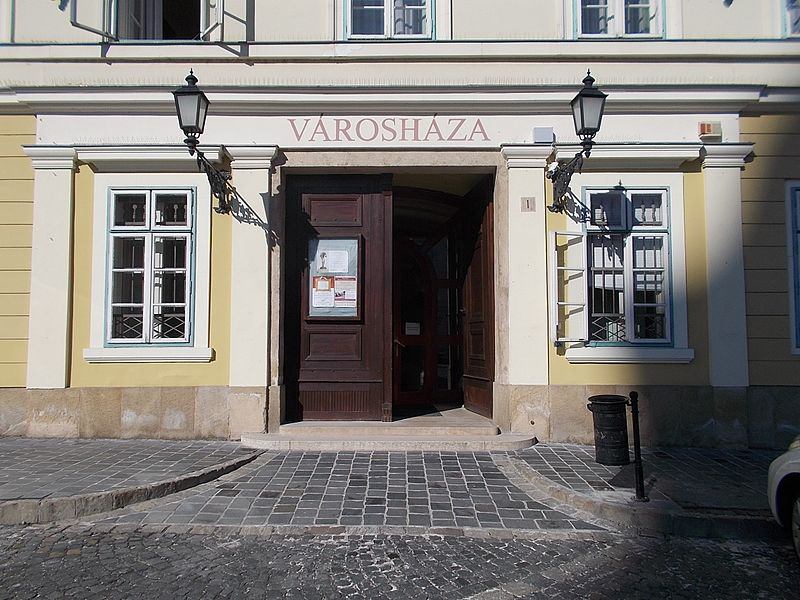 File:Kőkeretes, két, táblás faszárnyú kapu. - Kapisztrán tér 1, 2016 Budapest.jpg