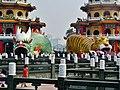 Kaohsiung Lotus Pond Tiger- & Drachenpagode Drachen & Tiger 2.jpg