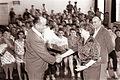 Kapetan Ljudske milice Anton Duša izroča nagrado za cestnoprometno varnost učencem šole Bojana Iliha 1962.jpg