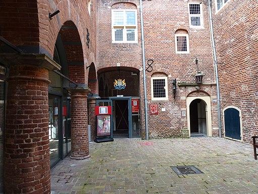 Kasteel Wijchen 10, binnenplaats met links de arcades van de galerij in de westvleugel