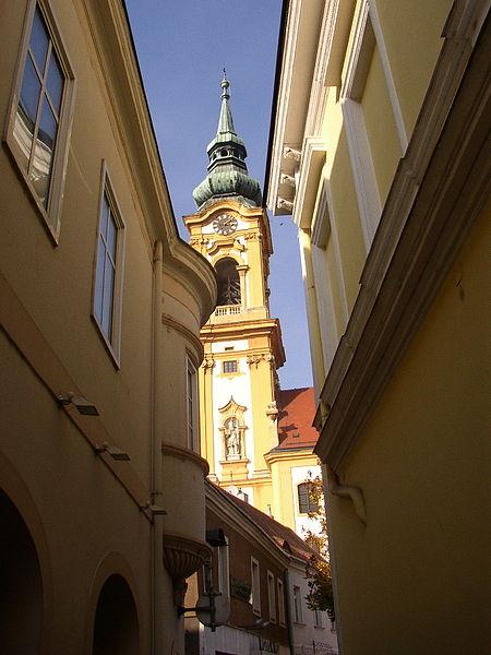 Archivo:Kirchturm von Stockerau.jpg