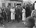 Koningin Juliana op bezoek in het zwaar door de watersnood getroffen dorp Kruini, Bestanddeelnr 905-8761.jpg