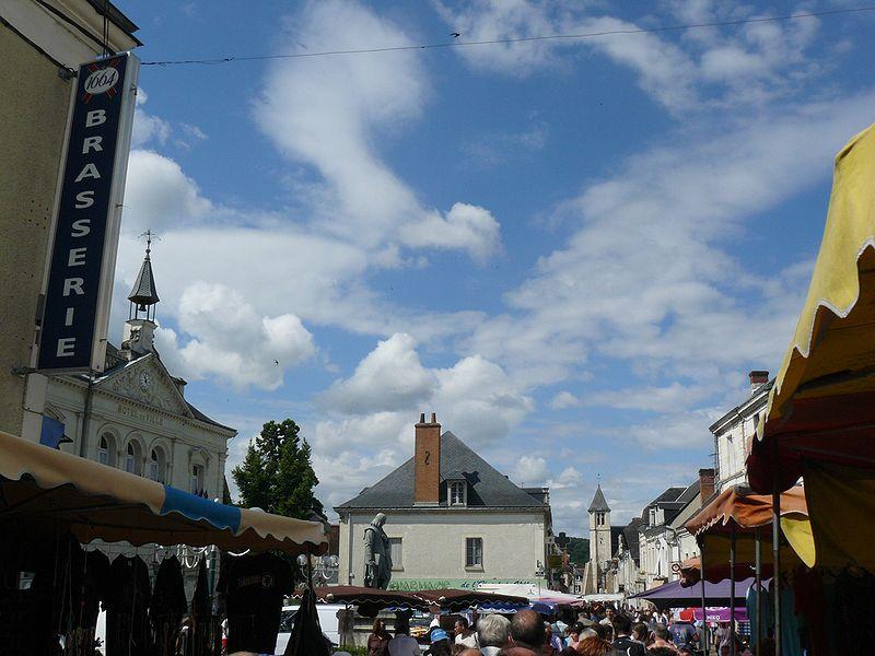 File:LA HAYE-DESCARTES Jour du marché 3 - Jean-Charles GUILLO.jpg