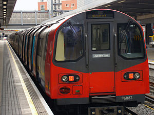 Ein Zug vom Typ 1995 Tube Stock in der Station Finchley Central