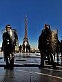 Les CRS et la tour Eiffel.jpg
