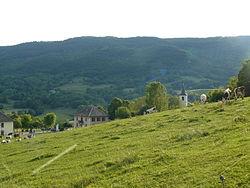 Mairie et église de Moye depuis la route qui mène au cimetière.JPG