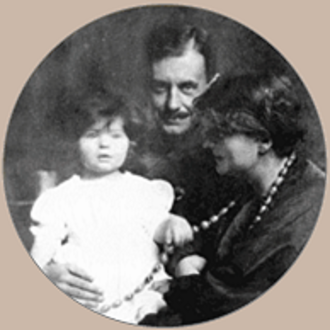 Manon Gropius - Manon Gropius with her parents Alma Mahler and Walter Gropius, 1918