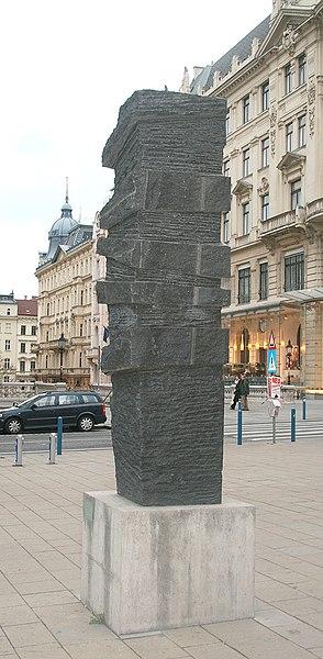 """La """"pierre de Marcus Omofuma """", d'Ulrike Truger - 2003, Mariahilferstrasse/Vienne"""