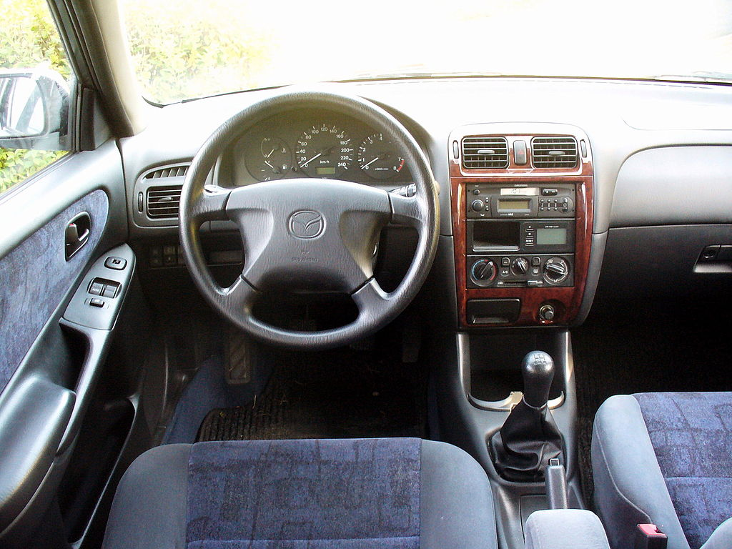 File mazda 626 gf 2 0 interieur jpg wikimedia commons for Interieur wikipedia