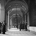 Mensen in de galerij van een oud klooster waar nu een postkantoor in gevestigd i, Bestanddeelnr 191-1348.jpg