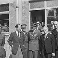 Miitairen en burgers poseren, waaronder prins Bernhard en luitenant-kolonel CH, Bestanddeelnr 900-5813.jpg