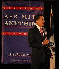 Mitt Romney spreekt een publiek toe vanaf een podium