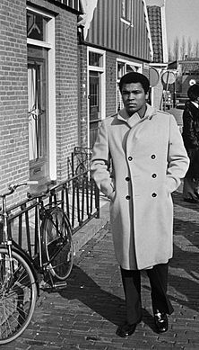 Muhammad Ali passes bicycle in Volendam.jpg