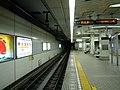 Nagahori Tsurumiryokuchi-Line Gamo 4-chome station platform - panoramio (1).jpg