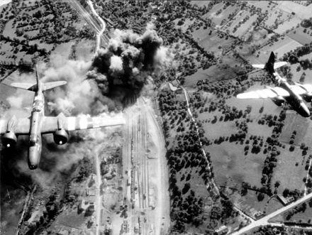 Bombardieri alleati in azione contro le ferrovie interne del territorio francese durante i bombardamenti in preparazione all'invasione
