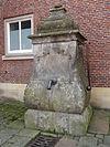 foto van Pomp tegen de rechter hoek van de voorgevel van het Raadhuis