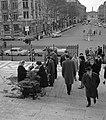 Op de trappen van de Madeleine zoeken kerkgangers gewijde palmtakken uit om mee , Bestanddeelnr 254-0527.jpg