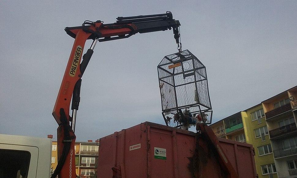 Opróżnianie klatki na odpady z tworzyw sztucznych w 60-tysięcznym Tomaszowie Mazowieckim