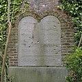 Ornament tegen de tuinmuur van de binnenplaats van de voormalige synagoge te Roermond met de Tien Geboden in het Hebreeuws en een onderschrift - Roermond - 20343799 - RCE.jpg