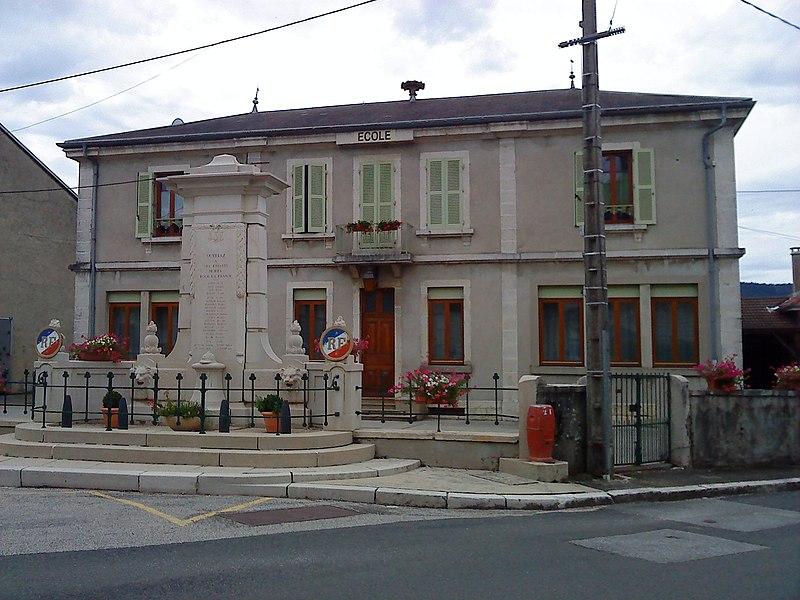 L'école d'Outriaz (Ain, France) avec au premier plan le monument aux morts de la commune