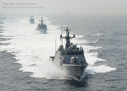 Yoon Youngha-class fast missile craft in formation PKGseohae haesanggidong (6) (7411407476).jpg