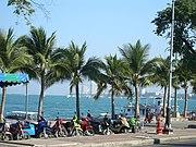 Die Beach Road liegt direkt am Strand