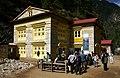 Phakding-Namche-42-Sagarmatha-Park-Eingang-2007-gje.jpg