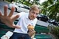 Philipp Walulis beim Genuss eines Burgers.jpg