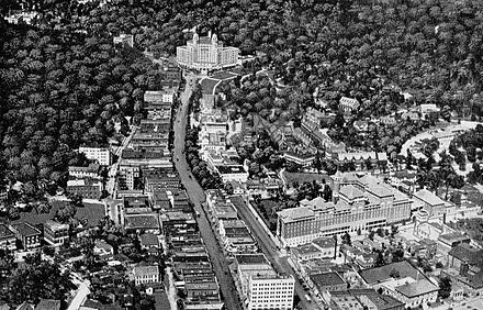 Aerial view of Hot Springs after 1925 along Central Avenue. The base of Hot Springs Mountain is in top right, behind Bathhouse Row. Part of West Mountain is on the left. The southwest edge of North Mountain is behind the Arlington Hotel at top. Picturesque Hot Springs Central Avenue 1924.jpg