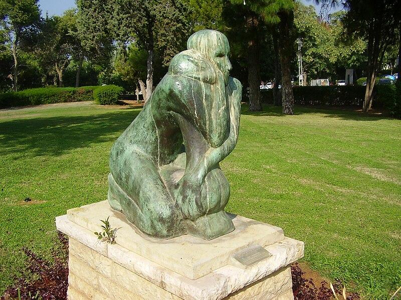 """פסל """"הפרידה"""" בכפר שמריהו"""