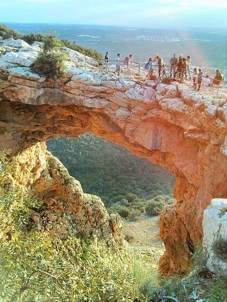 מטיילים במערת קשת