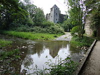 Précilhon (Pyr-Atl, Fr) le château se reflète dans l'Escou.JPG