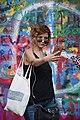 Praha-turisté-u-Lennonovy-zdi2019r.jpg
