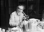Professeur Metchnikoff, portrait du scientifique dans un laboratoire de recherche.jpg