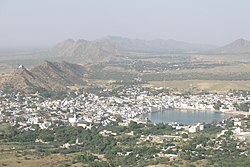Pushkar city, viewed from hill above, Rajasthan.jpg