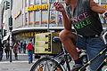 Radfahrer mit Sekt ind Zigarette Berlin Schoeneberg 23.09.2011 13-37-05.JPG