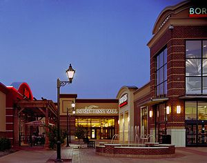 Patrick Henry Mall - Image: Red Robin & Borders Night Photo