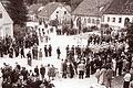 Revija godb na pihala okraja Maribor - zaključni nastop vseh godb pred spomenikom v Rušah 1960.jpg