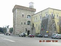 Uno dei luoghi dell'accaduto, p.zza IV novembre. A sinistra si trova via Perasso, mentre alle spalle vi è il corso Garibaldi