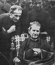 Il beato Michele Rua con don Bosco, ormai anziano, in visita alla casa salesiana di Barcellona (1885).