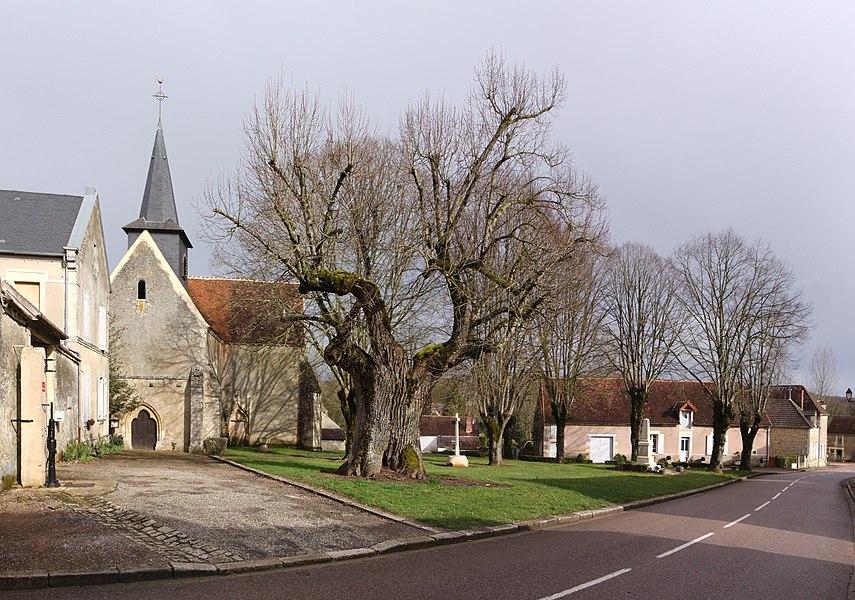 La place du village et son église classée.