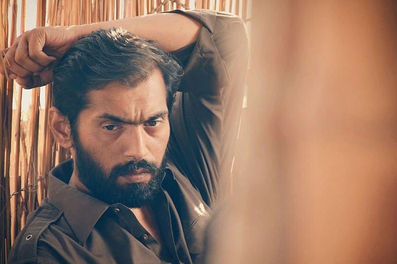 File:Saqib Siddiqui on sets of Raasta.jpg