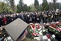 Składanie wieńców i zniczy przez Jarosława Kaczyńskiego i Beatę Szydło na grobach Ofiar Smoleńska Powązki.jpg