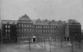 Städtische Lessingrealschule an der Ellerstraße zu Düsseldorf (1913), Klassenflügel, Hoffront (mit Brunnen).png