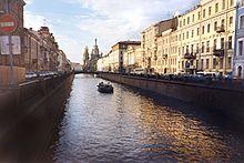 Il canale Griboedova visto dalla Prospettiva Nevskij.
